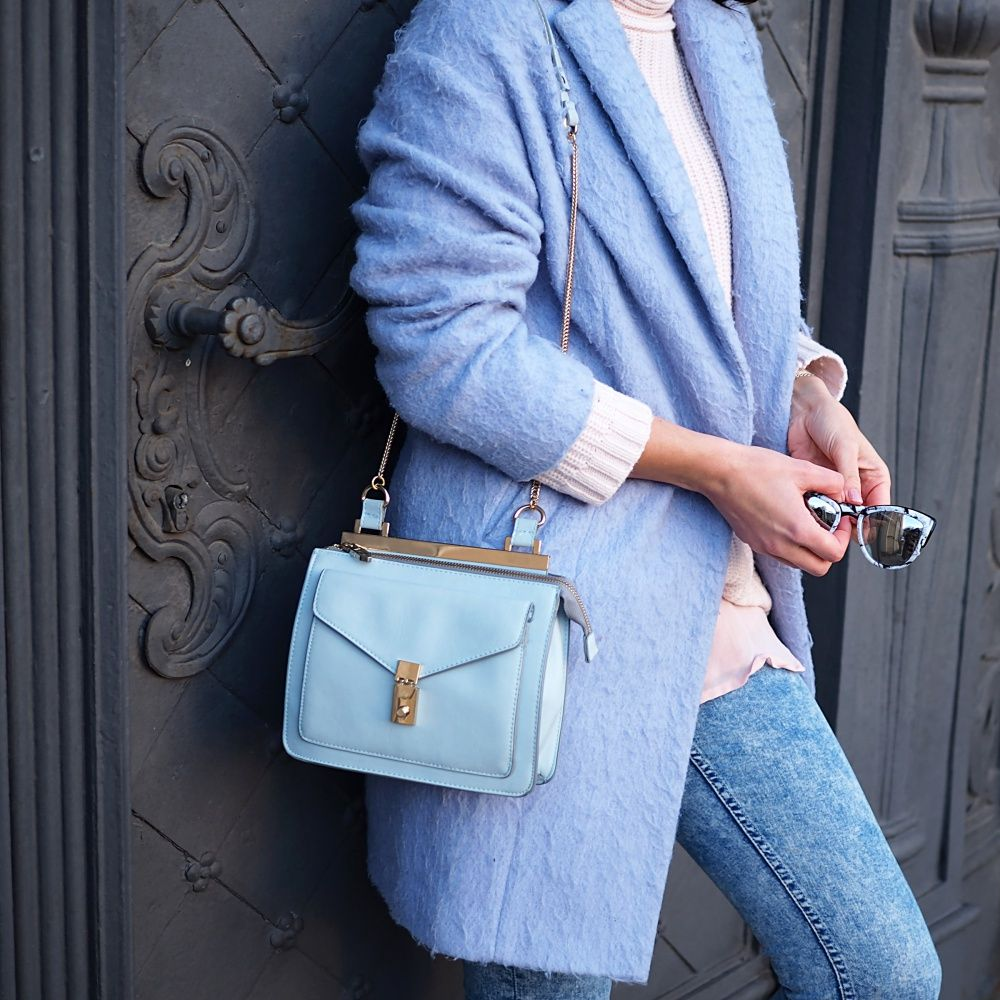Knitted sweater with light blue jeans